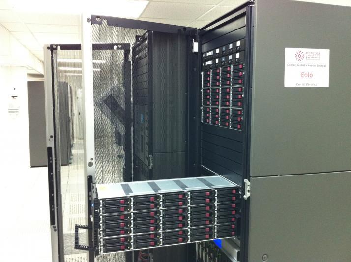 Vista lateral de los dos racks que forman EOLO, con una de las bandejas de discos del subsistema de almacenamiento abierta.