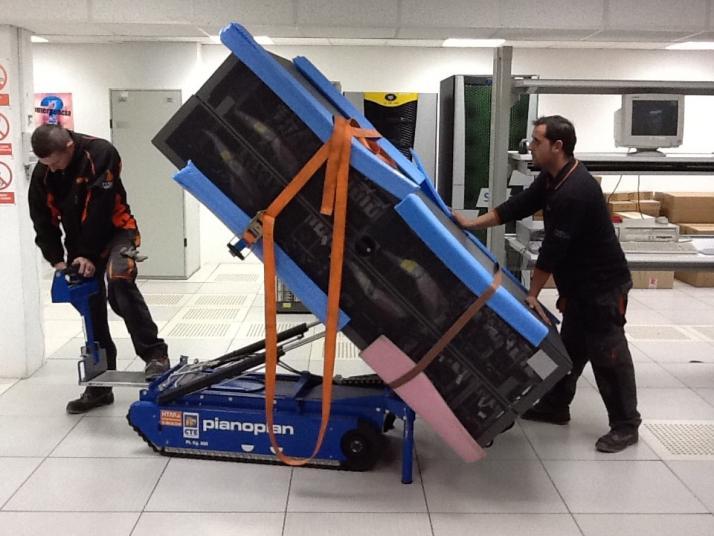 Técnicos mueven el segundo rack de EOLO (de más de 900 kg), en el interior del CPD, hasta su ubicación definitiva.