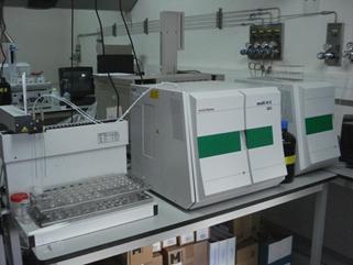 Equipo de la marca Analytikjena Multi N/C 3100 para la determinación de carbono orgánico y nitrógeno en muestras líquidas