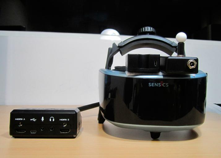 Casco HMD (Head Mounted Display), sensor led activo y sensor inercial para el seguimiento de la posición del usuario dentro de la sala de realidad virtual