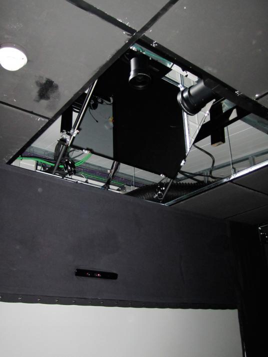 Sistema de proyección mediante espejos, cámaras de tracking ópticas de captura frontal y sistema kinect integrado