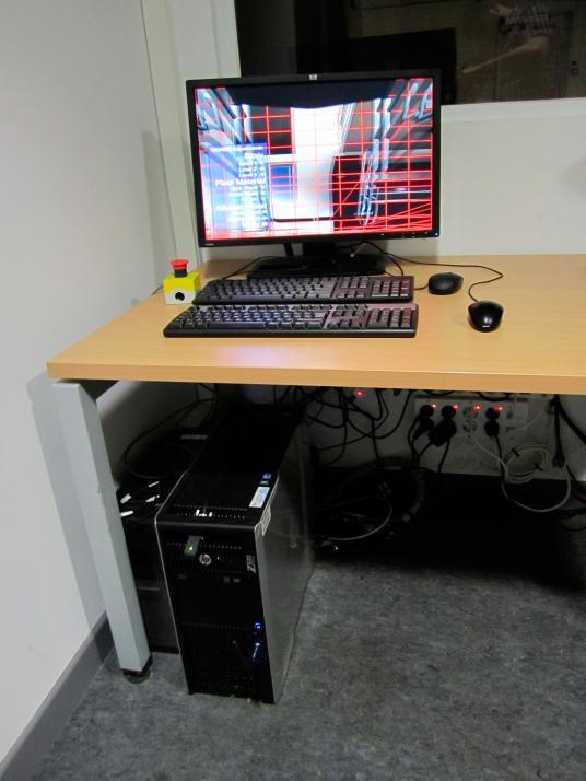 Equipos para la captura de movimiento y simulación 3D, junto con seta (amarilla y roja) de parada de emergencia del sistema de captura de movimiento de la silla de ruedas