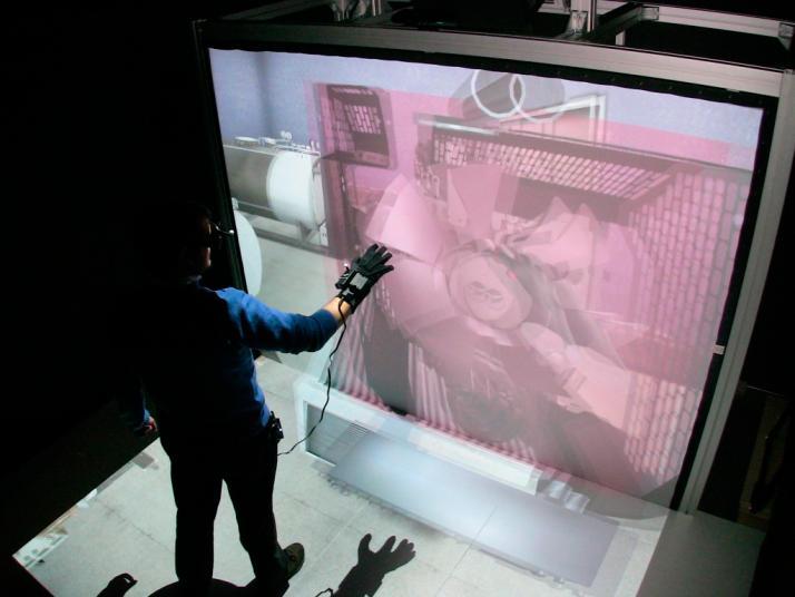 Demostración de uso de la instalación con proyección en las dos pantallas de visualización 3D, junto con el uso de las gafas 3D activas con leds activos para el seguimiento activo de la mirada del usuario mediante tracking óptico y guante con sensor inercial y led activo para el seguimiento de los movimientos de la mano