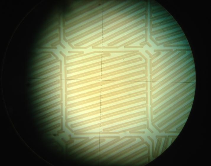 Vista al microscopio de pistas creadas por ablación directa de ITO