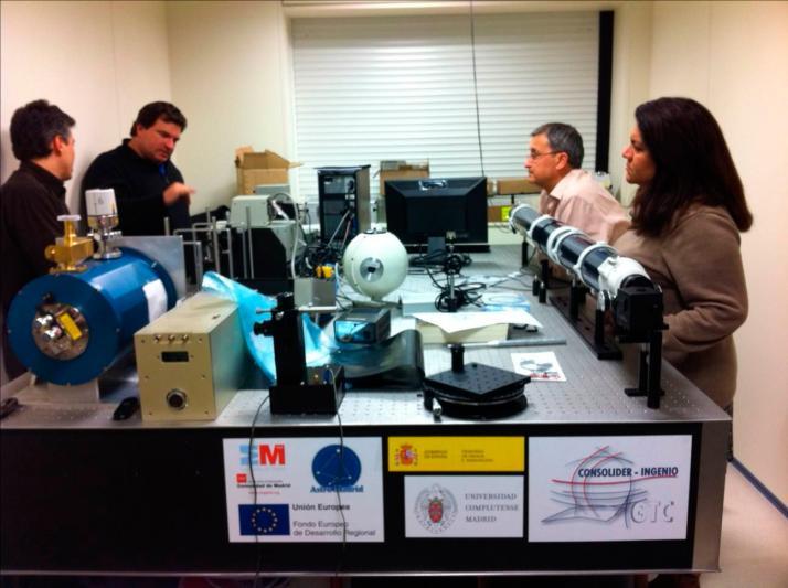 Vista general de la mesa óptica durante la visita de la Universidad de Florida