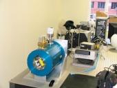 Sistema de caracterización de elementos ópticos y criostato para detectores