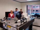 Sistema de caracterización de redes de dispersión y esfera integradora durante la visita de técnicos de la empresa FRACTAL