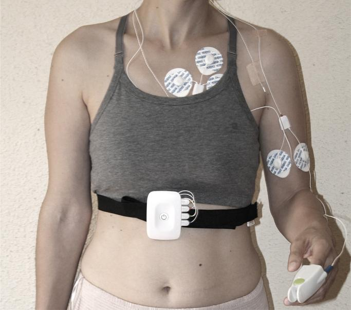 Patient wearing the equipment of non-intrusive ambulatory monitoring