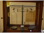 Museo Virtual ETSII - Balanza con lista de pesos atómicos